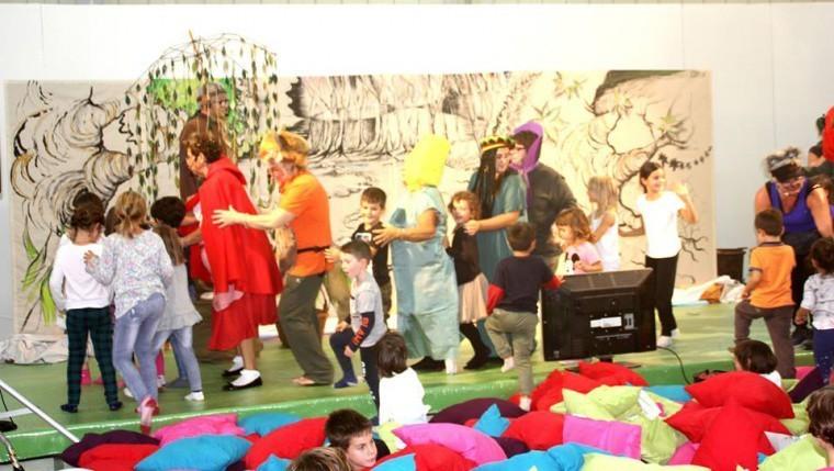 Cappuccetto Grosso Incanta I Bambini Alla Manifestazione Happy