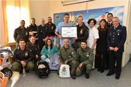 Il 15° Stormo dell'Aeronautica in visita nel reparto di Pediatria del Bufalini