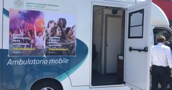 Appuntamento con il camper vaccinale davanti alle scuole riminesi
