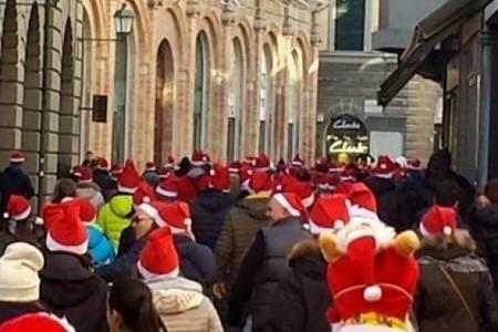 Camminata solidale di Babbo Natale. Obiettivo: raccolta fondi per l'acquisto di un'auto per il trasporto di pazienti oncologici  (Forlì, 26 dicembre)